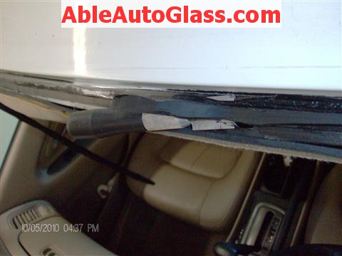 Honda Accord Coupe 2002 Windshield Replacement - Using Stubby Knife to remove old seal